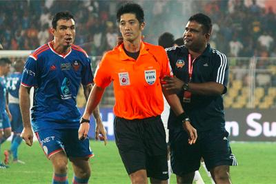 FC Goa player and official argue with referee during the ISL final.
